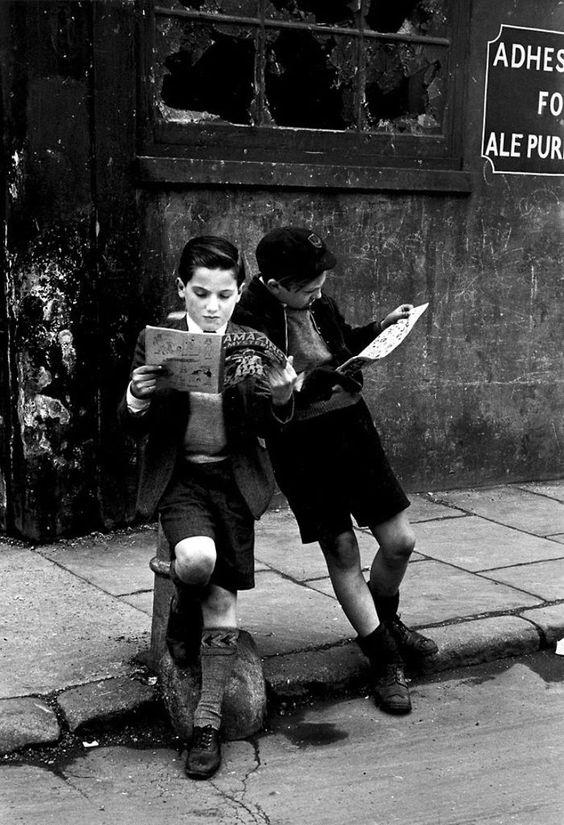 Deux garçons sont plongésdans leurs bandes dessinées, 1952  //   110 Jeux d'Enfants avant la Technologie numérique (15)