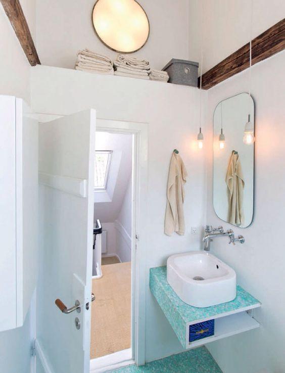 Smart udnyttelse af pladsen under vasken i et lille badeværelse ...