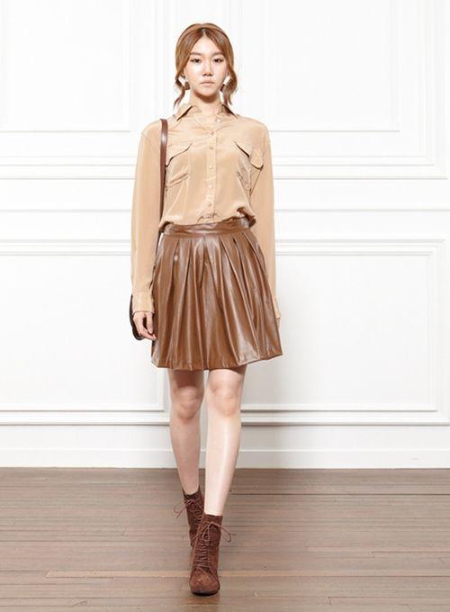 Áo màu da cũng là xu hướng mới kết hợp cùng chân váy nâu rất ấn tượng và được chị em ưa chuộng hiện nay.