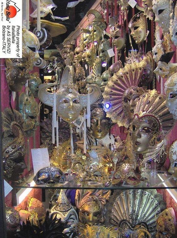 Sinônimo de mistério, tradição e requinte, o carnaval de Veneza é um dos mais antigos e suas máscaras são um dos símbolos mais reconhecidos da Itália no mundo.  #veneza #carnavaldeveneza #citytour