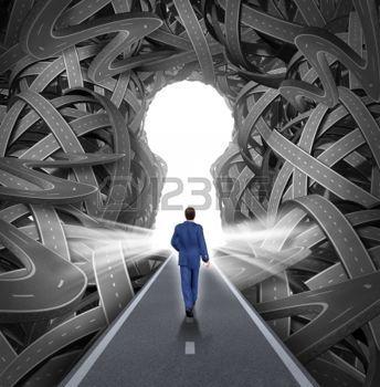 complexité: solutions de direction en tant que concept de leadership d'affaires avec un homme d'affaires marchant vers une ouverture en forme de trou de serrure éclatant comme un droit chemin vers le succès en choisissant la bonne voie stratégique coupant à travers un labyrinthe confus de routes et autoroutes enchevêtrées