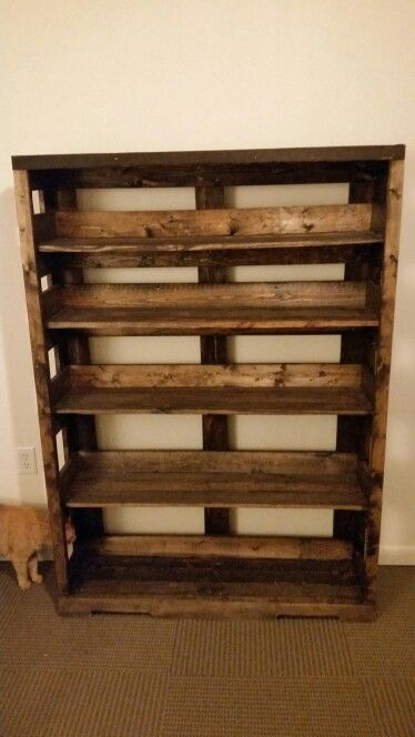 Pallet wood bookshelf diy reclaimed wood projects for Reclaimed wood bookcase diy