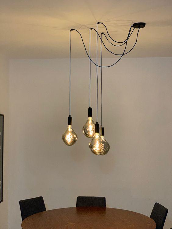 Luminária de teto pendente com composição da Lâmpada Alien Smoky para sala de jantar exclusiva da Creative Lamps. #luminariadeteto #luminariasaladejantar #pendentesaladejantar #pendentemesasaladejantar