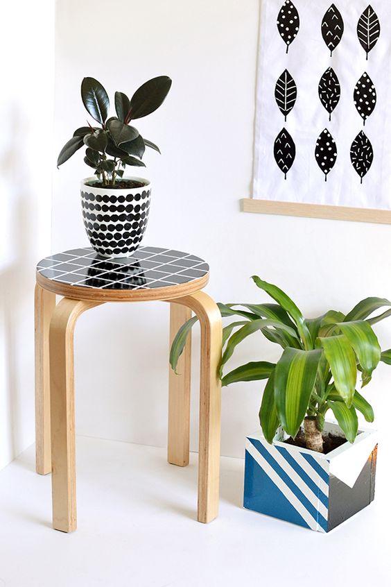 Ein DIY Projekt mit dem FROSTA Hocker von IKEA - für 9,99 EUR. Was ihr braucht: 2x Farben, Grundierung, eine Farbrolle, Lackpinsel, Malerband, Sandpapier + Lack auf Wasserbasis. Schleift den Hocker zunächst mit dem Sandpapier etwas an, so dass die Oberfläche angeraut ist. Dann klebt ihr den Rand des Sitzes ab. Mit der Rolle tragt ihr nun die Grundierung auf und lasst sie trocknen. Nun kommt Farbe ins Spiel ... Die ganze Anleitung seht ihr hier: http://makeandtell.com/diy-grid-stool-makeover/