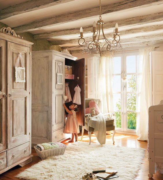 dormitorio en tonos beige con dos armarios butaca lampara de lagrimas y nina 1156x1280