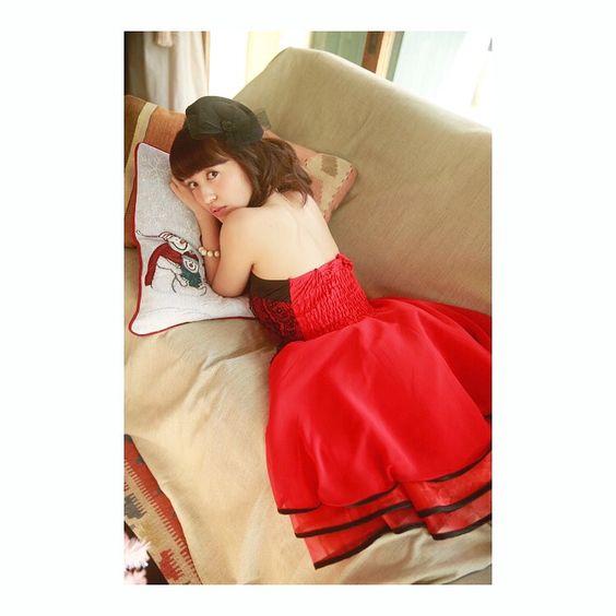 赤いドレスの逢田梨香子