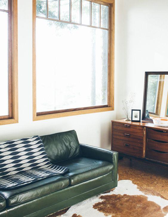 Sắc xanh olive cùng không gian phòng khách với sofa da thật tphcm