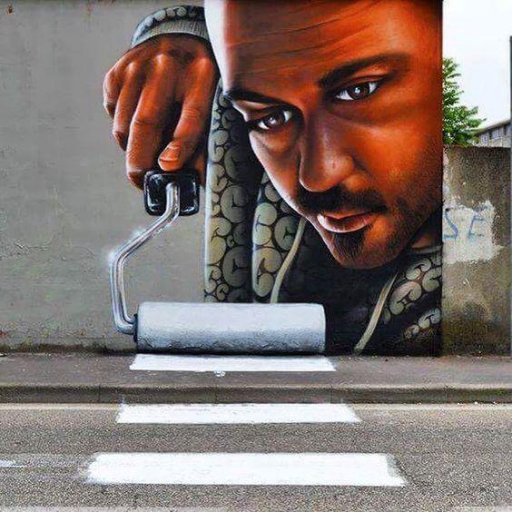 Esse incrível desenho que foi visto em uma cidade na Itália mostra como a arte urbana pode dialogar de maneira inteligente com as sinalizações da cidade.: