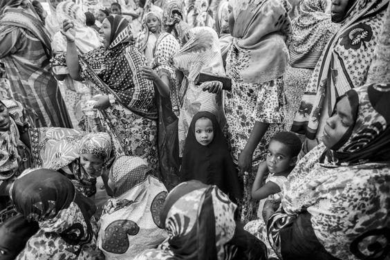 """Niña en la boda en África """". Me Paso a Asistir a Una boda africano local. En África Durante las bodas Niñas sí Visten COMO Mujeres Adultas y ..."""