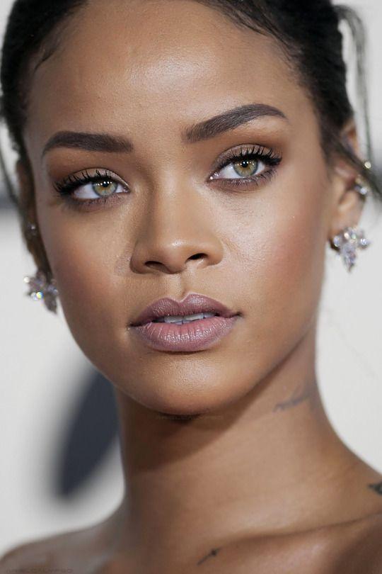 [ Pinterest : Ndeye Ndiaye ] RIHANNA   Regardez son makeup : tellement naturel et nude. #SONUDE.