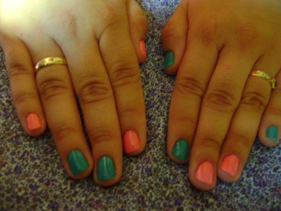 unhas invertidas rosa e verde