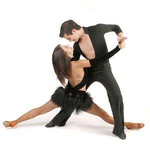 Een dergelijk pas moet de dansleraar dragen. Dus misschien best op zoek gaan naar een echte salsa-dansleraar.