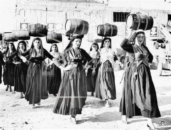 Λευκάδα. «Χορεύτριες της Λευκάδας παρουσιάζουν το χορό των Βαρελιών κατά τη διάρκεια του Διεθνούς Φεστιβάλ Φολκλόρ το οποίο έλαβε χώρα στις 29 Αυγούστου 1963. Κατ' έθιμο ο χορός παρουσιαζόταν πριν τη συγκομιδή και το πάτημα των σταφυλιών.»