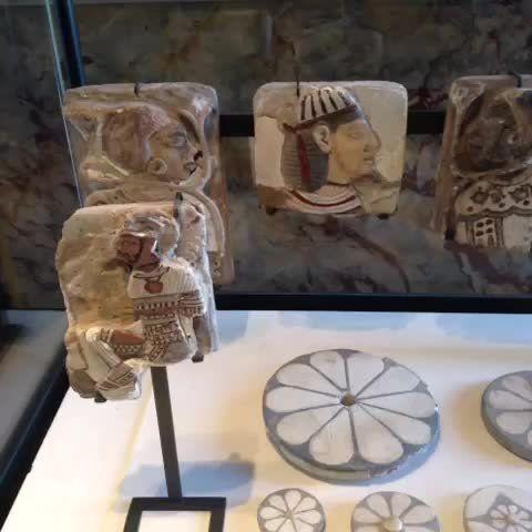 Fragments de décor avec prisonniers étrangers et rosettes - règne de #Ramsès III