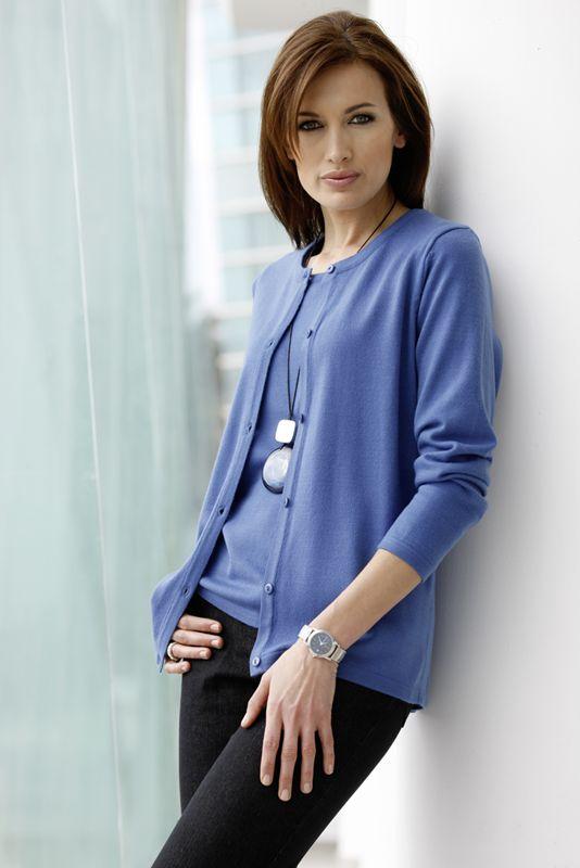 Twin-set composé d'un pull couleur bleu roi qui tombe à la perfection dans une matière aussi douce que le cachemire.  Le cardigan à manches longues tombe joliment sur les hanches.