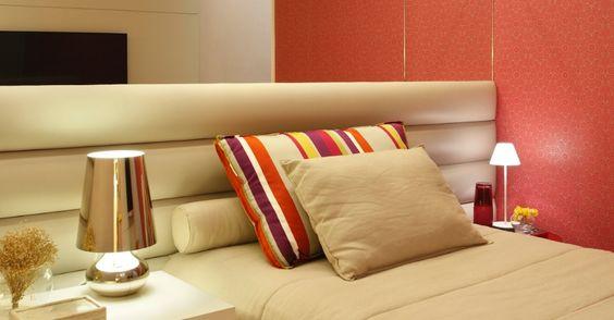 Para o quarto de uma jovem, a arquiteta Patricia Fiuza criou uma cabeceira sob medida em tiras almofadadas coladas diretamente na parede em toda a extensão horizontal, do chão até meia altura. Revestida em couro sintético, suas ondulações causam um efeito visual moderno