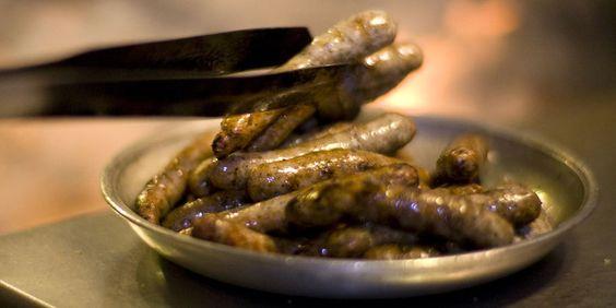 Nürnberger Bratwürste lassen sich am besten in einer der Nürnberger Bratwurstküchen genießen!