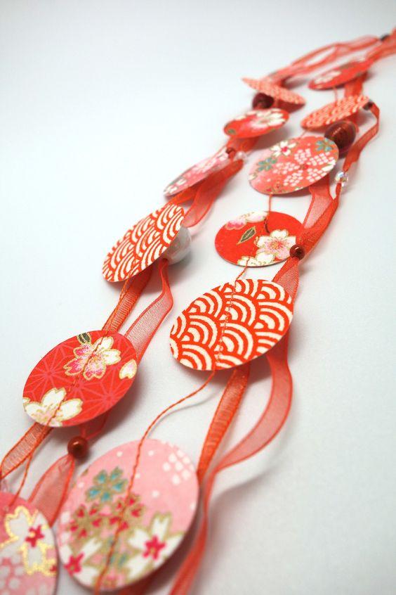 """Collier en papier japonais et organza, collection """"over the rainbow"""", modèle orange corail : Collier par tangram"""