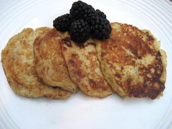 4 Pancakes à la banane - 2 bananes et 2 oeufs + Huile ou beurre  Chauffer les bananes et les hacher Ajouter les 2 oeufs et mélanger faire fondre une cuillère à soupe de beurre ou d'huile de coco, verser et mélanger  laisser cuire à feux vif jusqu'à l'apparition de « bulles » sur la face visible du pancake. - Le retourner et laisser cuire à feux vif une trentaine de secondes.