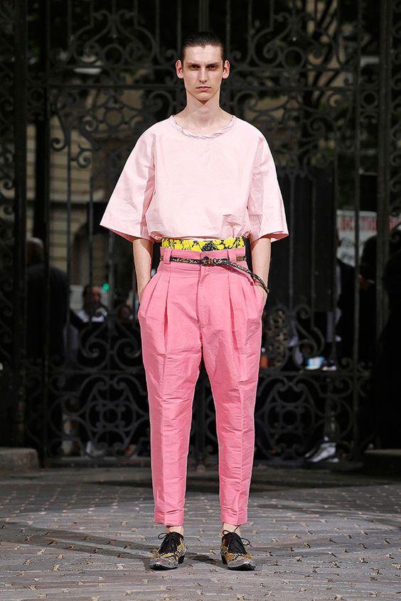A coleção de Haider Ackermann de primavera-verão 2017 apresentada na Semana de Moda Masculina de Paris tem aquela pinta boêmia que o estilista curte, um namoro sério com o oversize em algumas calças e blusas