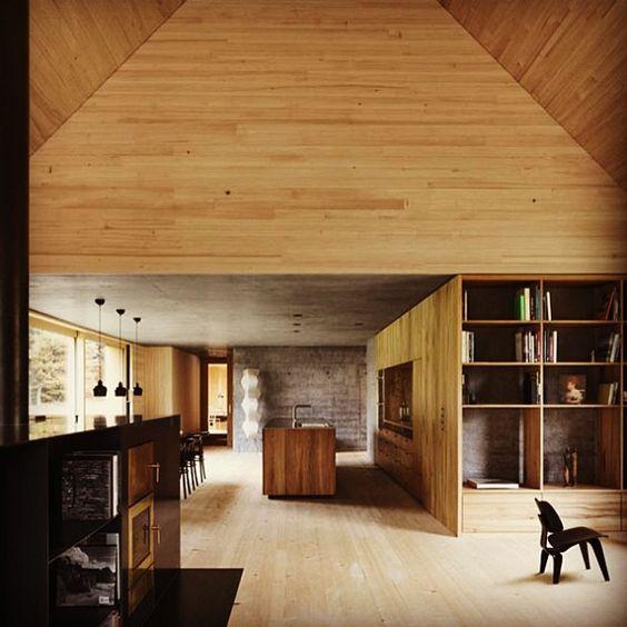 Madeira e minimalismo.  #arquitetura #decor #decoracao #design #casavogue