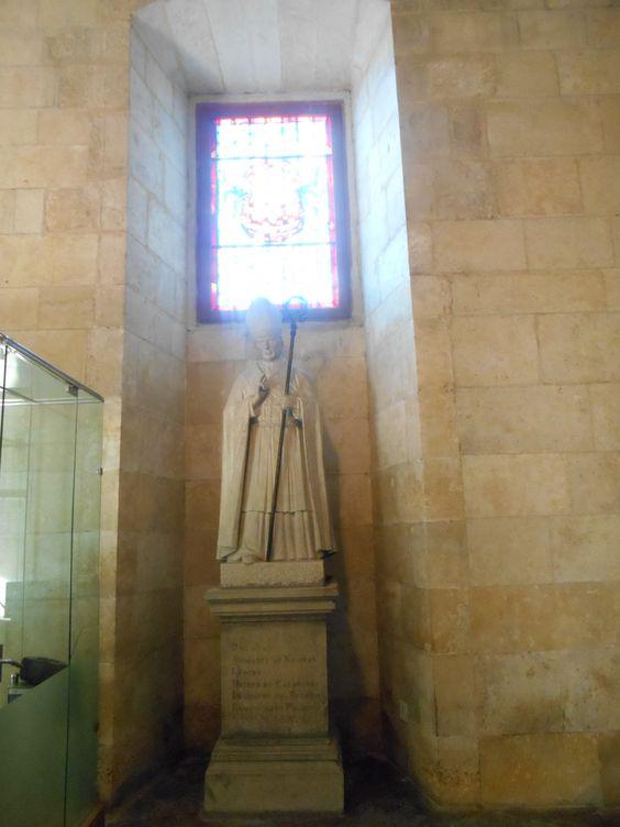 Estatua del Cardenal de Calahorra, Juan de Quiñones y Guzman, en el vestíbulo del Palacio de los Guzmanes.