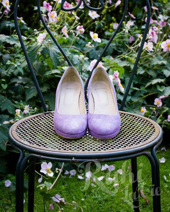 Vrolijk gekleurde pumps onder je trouwjurk. I love it! Zo lekker persoonlijk. #bruidsfotografie #fotografie #trouwen #loveshoots #wedding #huwelijk #huwelijksfotograaf #trouwfotograaf #spontaan #ongedwongen #love #Ido #creatief #bruiloft #trouwdag #weddingday
