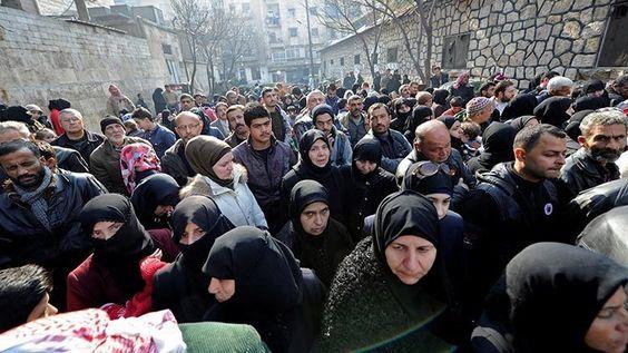 Así abandonan los civiles Alepo con ayuda de Rusia