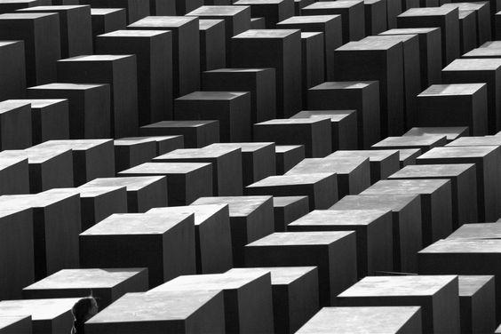 O Memorial aos Judeus Assassinados da Europa, também conhecido como o Memorial do Holocausto, é um memorial em Berlim, Alemanha, às vítimas judaicas do Holocausto, projetado pelo arquiteto Peter Eisenman e o engenheiro Buro Happold. Fotografia: João Bambu no Flickr.