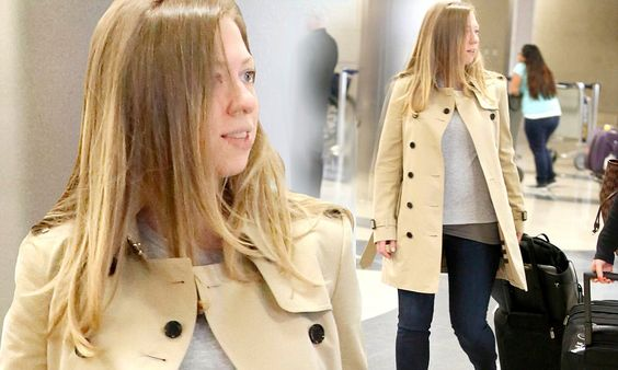 Pregnant Chelsea Clinton shows off her growing baby bump