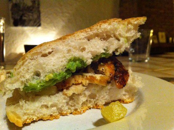 Turks brood met avocado, gebakken kip met italiaanse kruiden, ananas en een sausje van yoghurt met peterselie, knoflook en P&Z