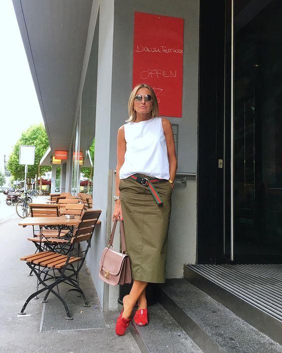 Como transformar o look com acessórios coloridos - #GuitaModa. Regata branca, saia midi verde militar, cinto gucci, mule vermelho, bolsa rosa