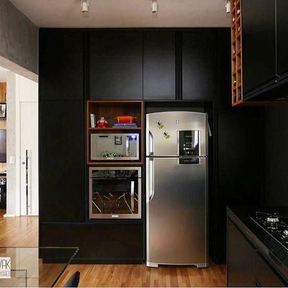 Quem aí curte uma cozinha toda preta ?? A ideia aqui foi integrar todos os…