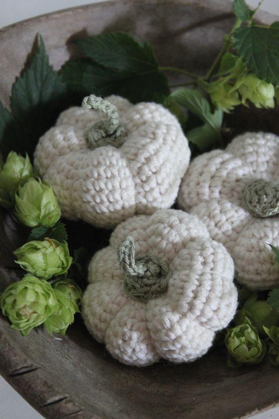 Kleine pompoentjes gehaakt met Softfun van Scheepjeswol. Gratis patroon van Inhaken. Leuk ter decoratie in een houten bak of schaal tussen hop