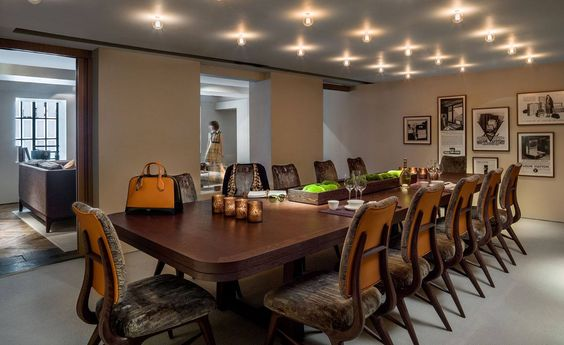 Referências que amamos:  Linda decoração criada pelo designer de interiores André Fu que criou um intrigante 'segredo' residência pop-up em sua cidade natal de forma poderosa Louis Vuitton, a decoração tem toques clássicos e modernos ao mesmo tempo dando assim um belo contraste de belezas.