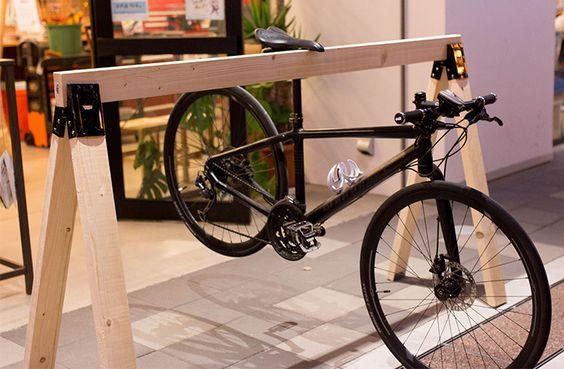 最近、街中で見かけることが多くなった、クロスバイクやロードバイクなどのスポーツ自転車。 女性に人気もでてきており、通勤通学で使われている方もいるようです。今回はカフェなどでも設置されている、自転車のディスプレイスタンドの作り方です!