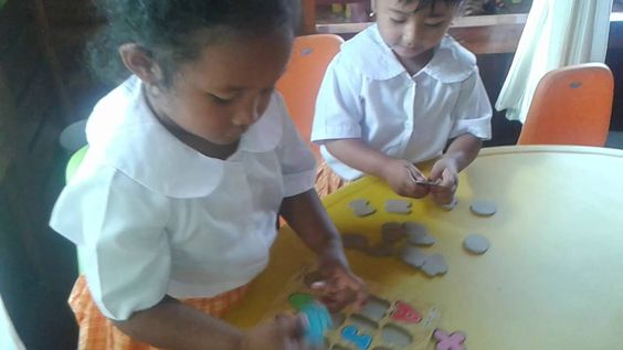 I bambini imparano l'alfabeto