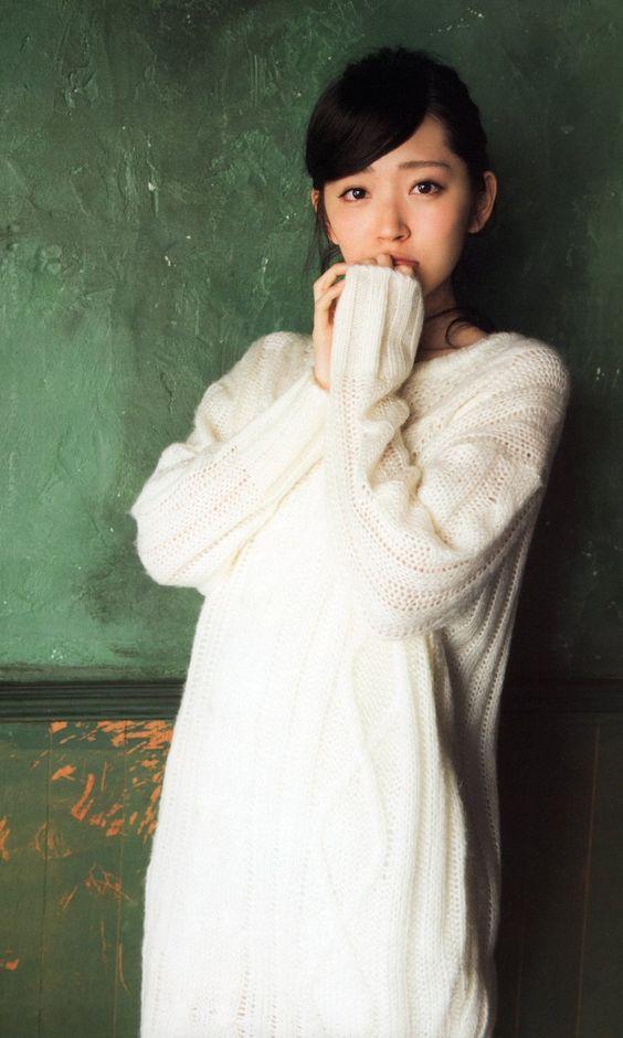 鈴木愛理白いロングセーターで癒される画像