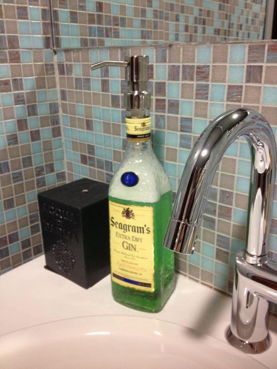 Jabonera hecha con una botella vacía de Seagram´s Gin