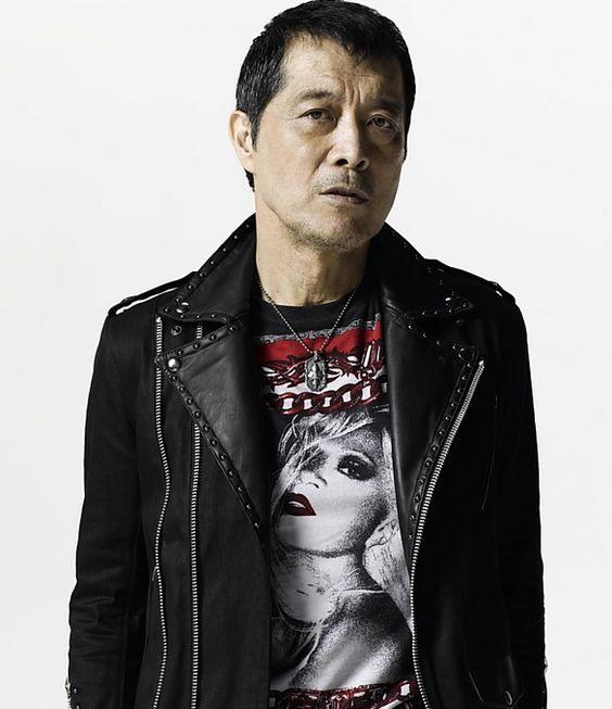 黒いライダースジャケットを着て立っている矢沢永吉の画像