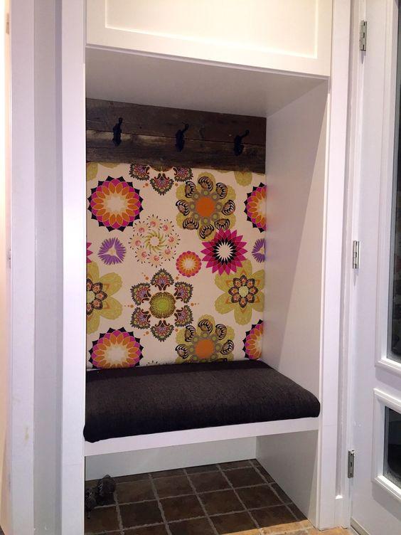 vieux garde robe d 39 entr e repens en banquette avec crochets sur planche de grange mes. Black Bedroom Furniture Sets. Home Design Ideas