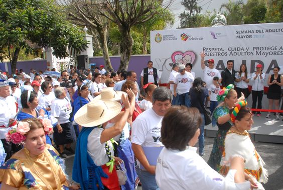El gobernador Javier Duarte de Ochoa saludando a los adultos mayores a su paso por la VI Caminata de Adultos Mayores desde el podium principal