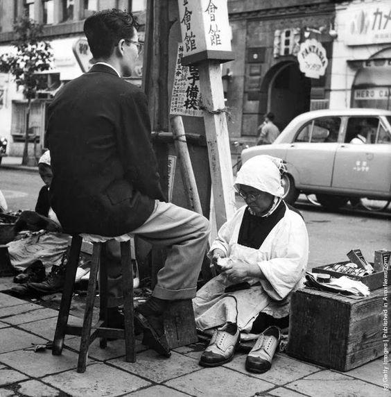 1955年(昭和30年)東京・銀座の女性の靴磨き。: