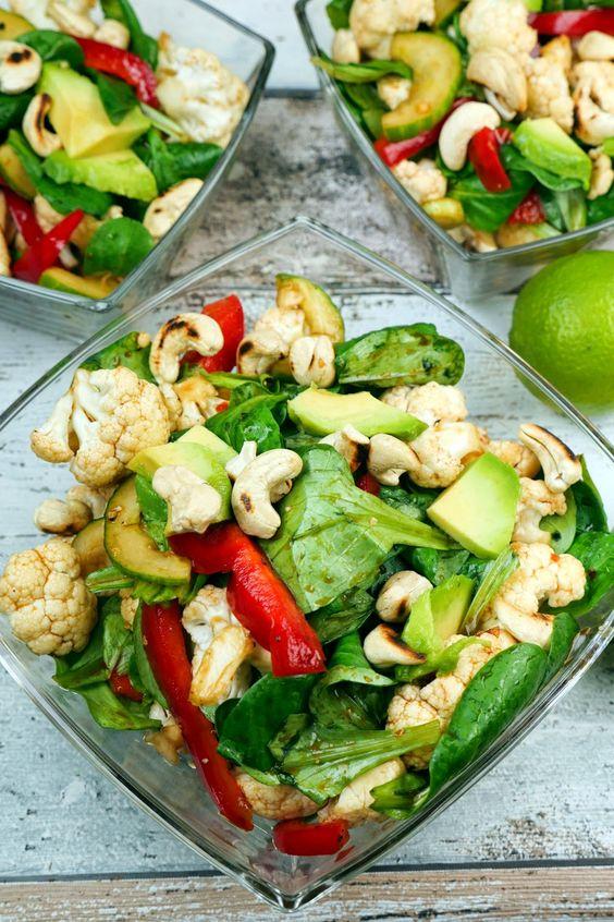 Blumenkohlsalat mit Cashewkernen, Feldsalat, Gurke und Avocado
