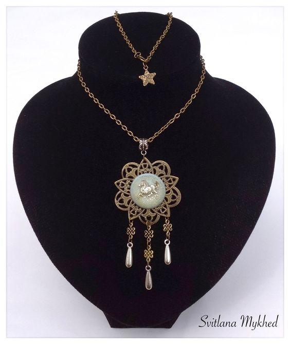 """Longue Collier """"Cheval. Équestre. Au Galot. Fer à cheval. Équitation """". Métal bronzé . : Collier par perles-et-couronnes"""