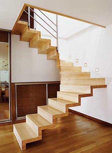 escada de madeira ancorada na parede aproveitamento da parede sem vãos sem corrimão interno pode receber estrutura central de viga metálica