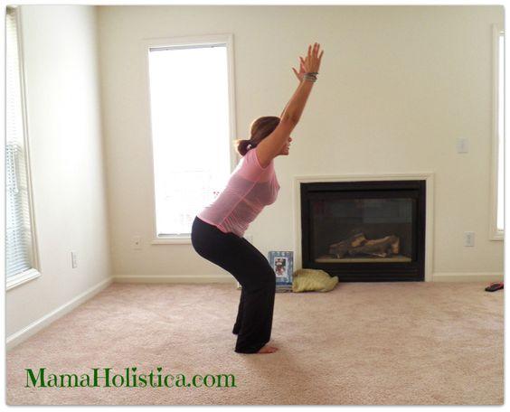 """Hoy en nuestros Holistic Thursday tenemos la Postura de #Yoga la """"Silla"""" #MomYoga #mamaHolistica"""