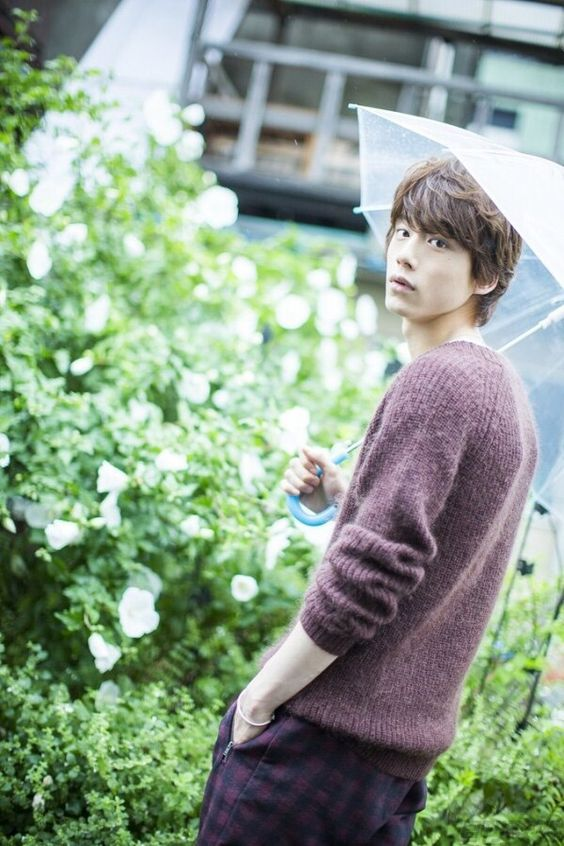 傘をさしたイケメンな坂口健太郎