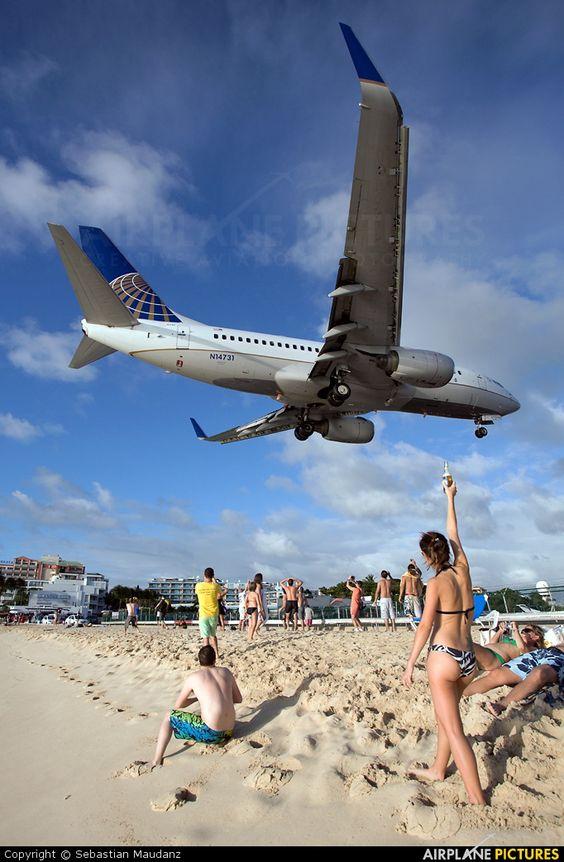 砂浜の上を飛ぶ飛行機
