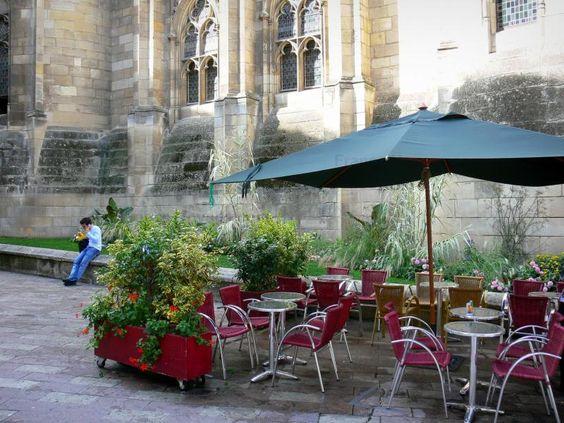 Poitiers: Terrasse de café et palais de Justice (ancien palais des comtes de Poitou et ducs d'Aquitaine) - France-Voyage.com